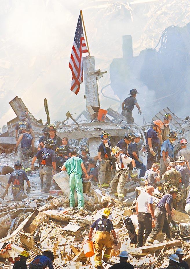紐約世貿中心在「911」恐攻中遭飛機撞擊崩塌,圖為當時搜救人員在瓦礫廢墟中尋找可能的生還者。(美聯社)