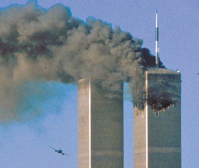 2001年911恐攻當天,紐約世貿中心雙子星大樓北塔(右)首先遭飛機撞擊,引發大爆炸,隨後劫機者又操縱聯合航空175號班機,撞向雙子星大樓南塔(左)。(路透)
