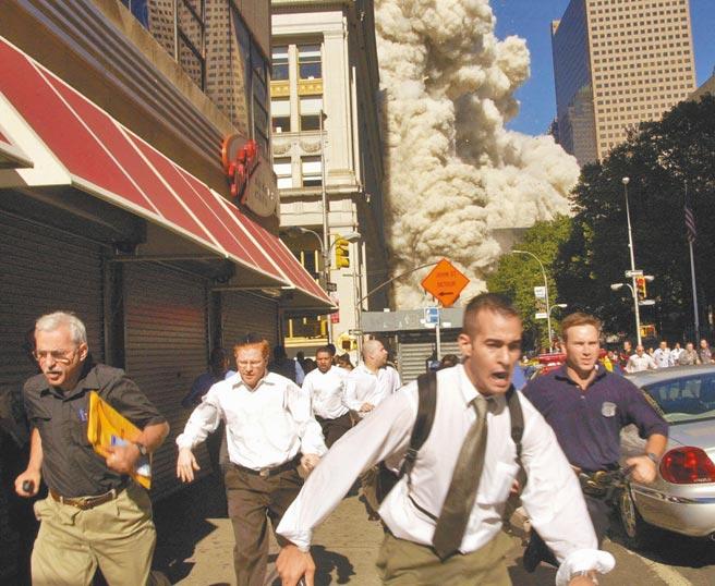 「911」恐攻當天,紐約世貿中心雙塔之一遭飛機撞擊後倒塌,民眾出現大驚逃。(美聯社)