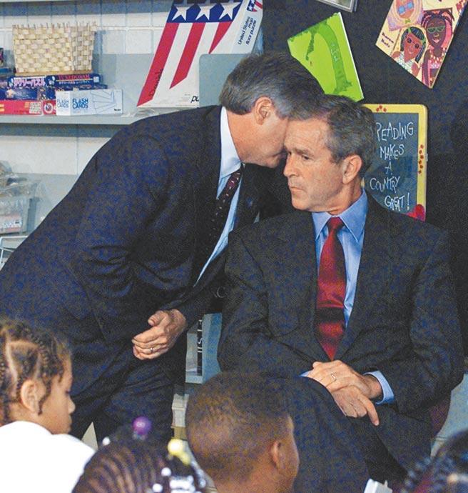 「911」恐攻當天,時任美國總統小布希正在佛州一所小學參訪,當接獲飛機撞擊世貿大樓的惡耗時,小布希一臉驚惶。(美聯社)