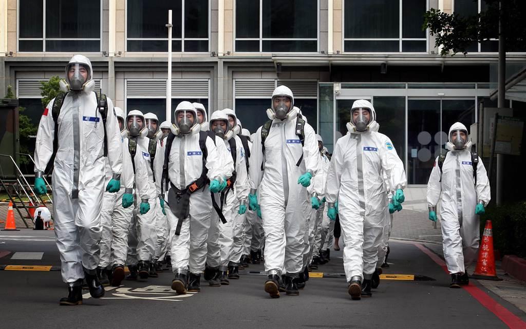 化學兵消毒示意圖。(圖/本報系資料照)