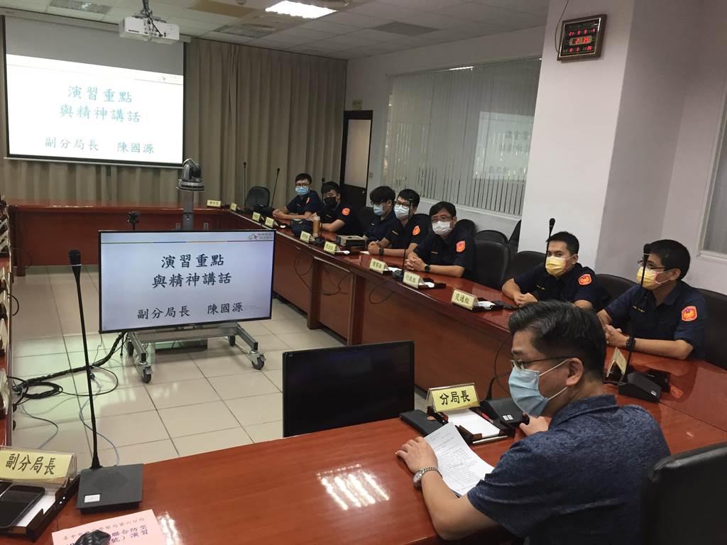 警察局第六分局召集對空監視哨人員辦理講習及實作演練,期爭取有限的空防反應時間。(民眾提供/盧金足台中傳真)