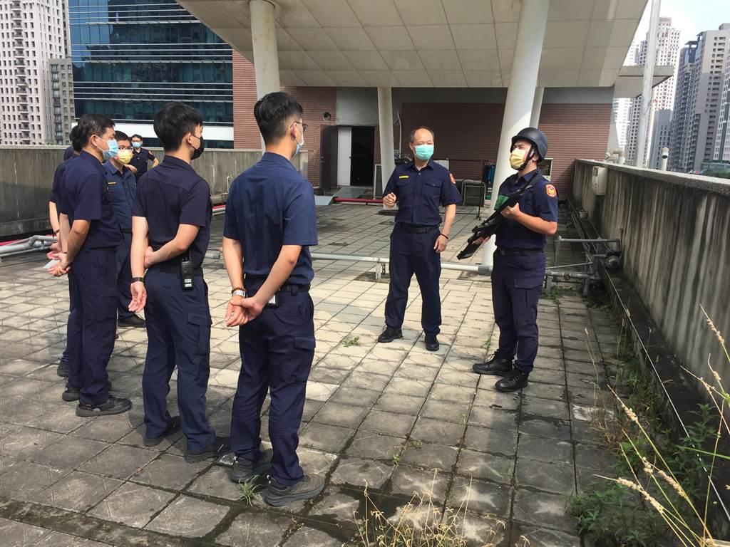 台中市警察局第六分局召集對空監視哨人員辦理講習及實作演練。(民眾提供/盧金足台中傳真)