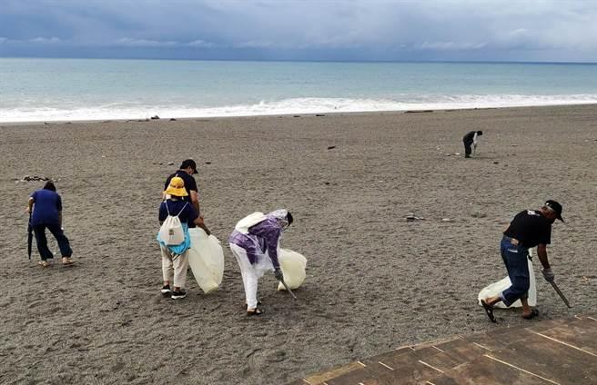 「璨樹」颱風進逼,海域禁止進入,台東太麻里鄉公所卻仍堅持辦淨灘。(民眾提供)