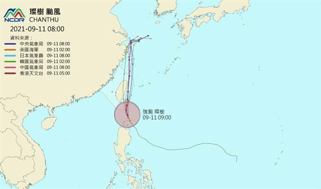 各國陸續修正颱風路徑預報,只有韓國仍堅持璨樹會「貫穿台灣」。(翻攝天氣與氣候監測網)