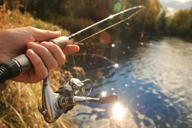 釣客帥氣拋竿時不慎誤觸頭頂上的高壓電,強大的電流將他燒得全身焦黑。(示意圖/達志影像)