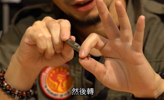 利用原子筆輕轉的剝離效應,可能也能解開被快乾膠黏住的手指。(截圖取自《超認真少年》Youtube)