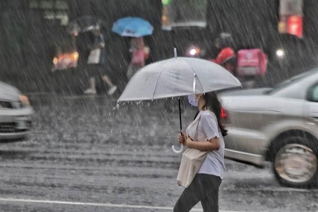 彭啟明表示,今中午開始花東及恆春半島,風雨就會開始逐步加大,北北基宜4縣市則是要到明日上午才會有明顯風雨,不過外界關心周一是否有機會放颱風假,他則表示機會相當小。(圖/示意圖,記者杜宜諳攝影)