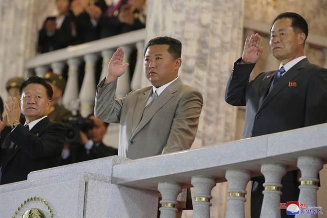 南韓專家認為,9日出席閱兵儀式的金正恩是替身,懷疑北韓已發生政變。(圖/美聯社)
