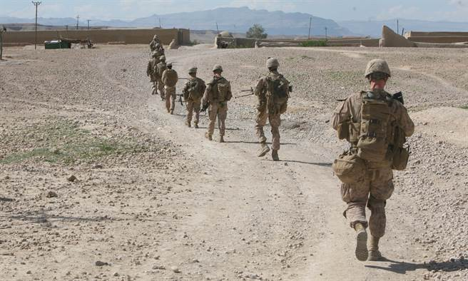 CNN認為,美國對911事件的強硬反應,造成的傷害其實不亞於該次恐攻。圖為反恐戰爭期間美軍於阿富汗巡邏。(圖/DVIDS)