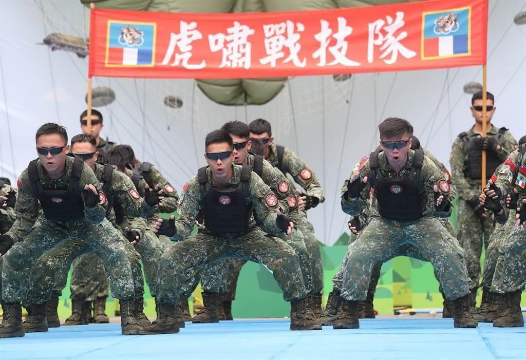 明年度國防預算書揭露,在國軍總員額人員中,軍官3萬6232人,士官8萬9706人、士兵4萬4127人,士兵員額大幅降低。圖為圖為虎嘯部隊。(中時資料照)