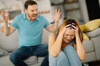 政大男罵妻學歷低「去過機場比妳搭過公車多」 她狠休夫