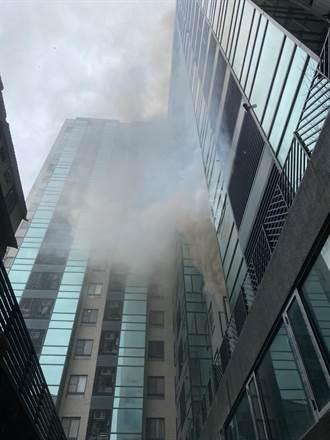 台中18層大樓竄濃煙 住戶奔逃下樓 7人一度受困屋內