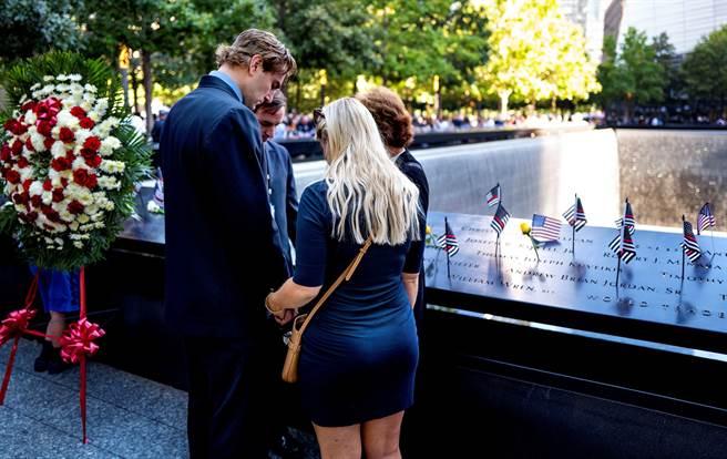 911恐怖攻擊事件過了20年,紐約世貿遺址照例舉行追悼儀式,上千名罹難者親屬出席。(圖/路透社)