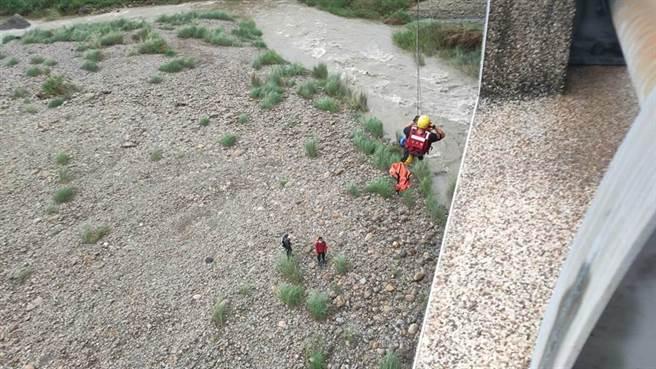 苗栗縣一名釣客遭水沖走,另有兩人受困沙洲,消防救援中。(苗栗縣消防局提供/邱立雅苗栗傳真)
