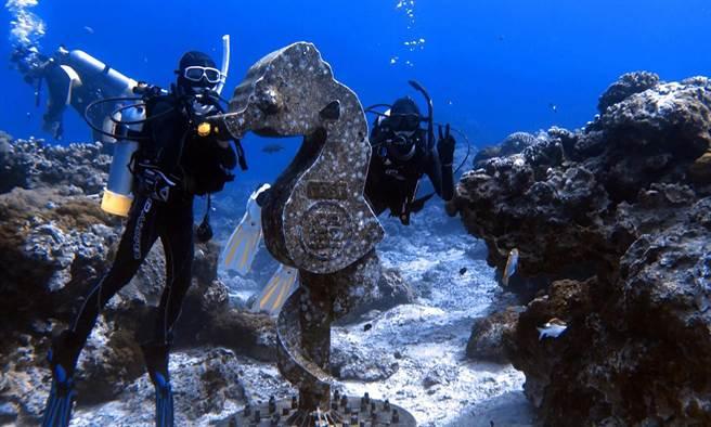 台東大學師生「潛」進綠島,進行「海洋文化與遊憩探索」跨領域課程。(台東大學提供/莊哲權台東傳真)