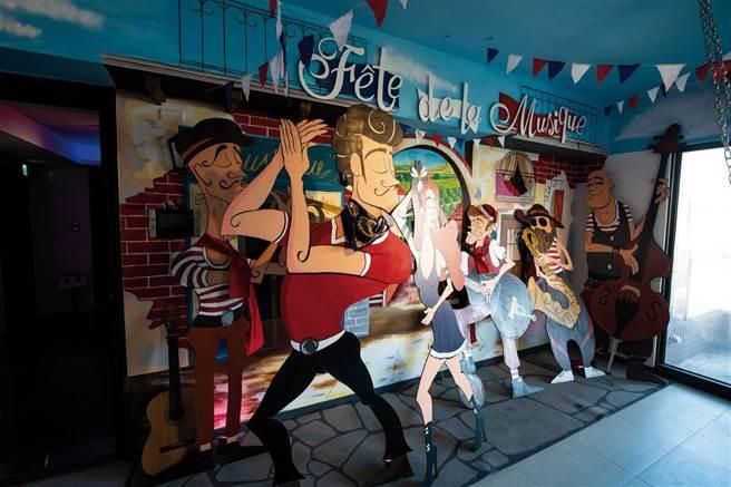 常設於社區內的夢想藝術聯合國法國館一隅,以生動的人像展現法國音樂節的迷人法式風情。(圖/莊坤儒提供)