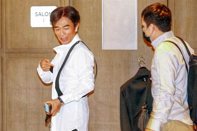 藝人吳宗憲12日嫁女兒,他開心地換上衣服,被問只穿這樣嗎?他俏皮的比著後面還有一件西裝。(鄧博仁攝)