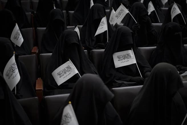 塔利班規定的女性在外行動的裝扮。(圖/美聯社)