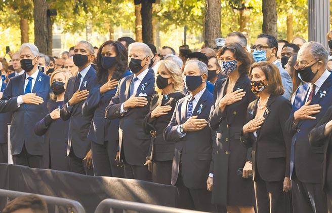 美國總統拜登(前排左五) 與第一夫人吉兒,11日來到紐約世貿中心遺址的911國家紀念博物館,參加「911事件」20周年追悼活動。前總統歐巴馬(前排左三)與夫人蜜雪兒、柯林頓(前排左一)與希拉蕊夫婦也到場。(美聯社)