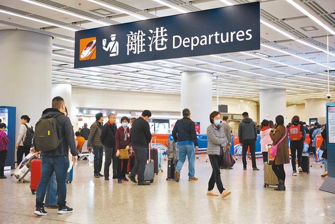 香港保安局從申請良民證的人數估算,2020年移民到國外的港人超過1萬人。(中新社)