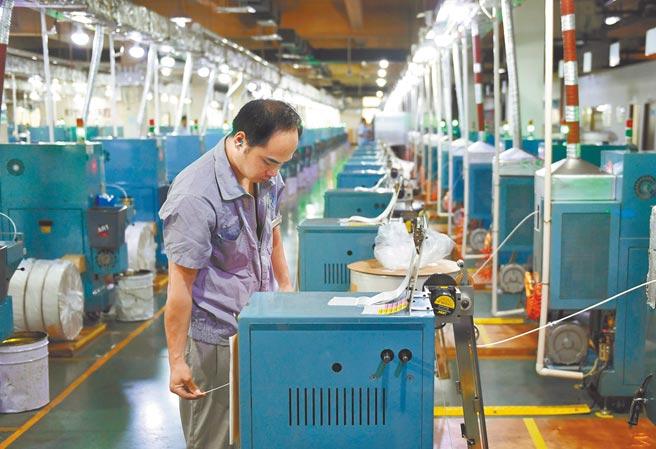 大陸海關總署聯合廣西壯族自治區政府,於10日發布「中國-東協貿易指數」,以5項指標量化雙方的貿易狀況。圖為大陸浙江一位工人在工廠作業。(中新社)