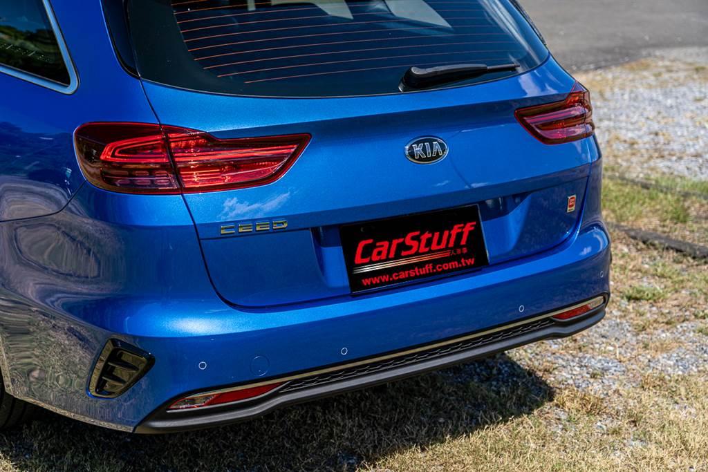 車尾下保桿處的排氣尾管採隱藏式設計,在視覺上稍嫌可惜,不過這種打造方式也已成現今汽車工業的主流。(圖/CarStuff)