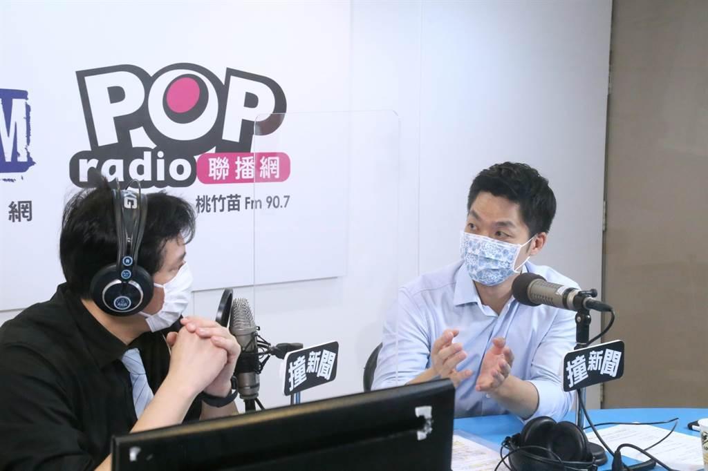 蔣萬安(右)接受節目專訪。(圖/《POP撞新聞》提供)