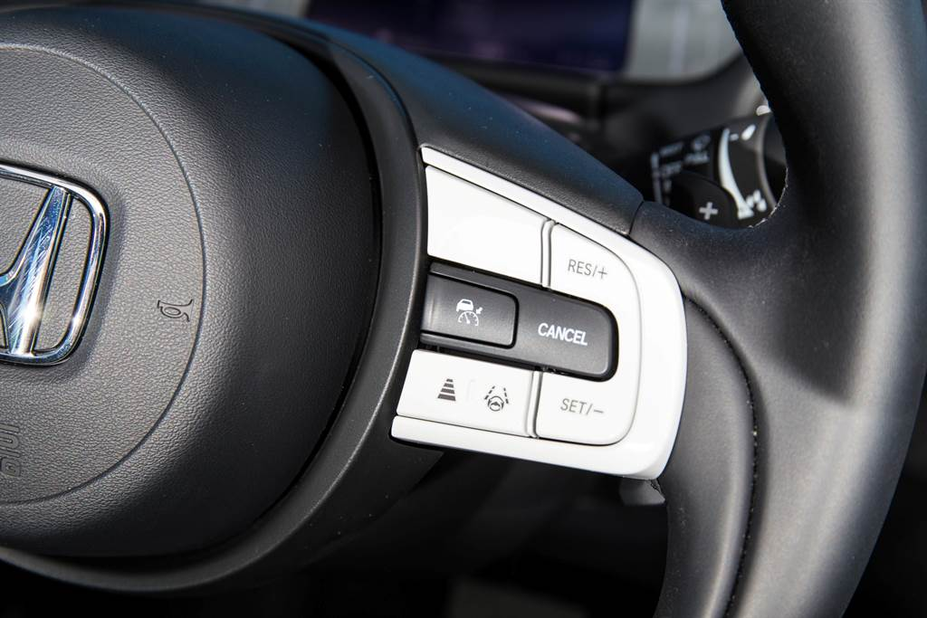 Honda Sensing系統操作全位在方向盤右側,其中LKAS系統可與ACC分別啟動,即使自行控制速度,也能幫助駕駛者行駛在車道中央。(圖/陳彥文攝)