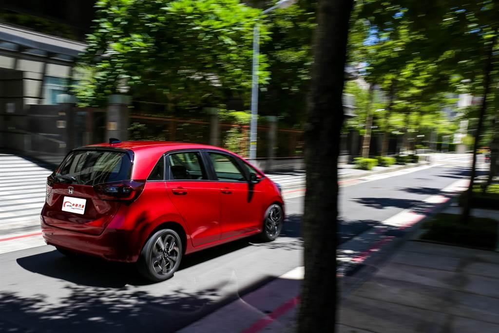 全新的引擎不只開起來輕快,還只需要使用92無鉛汽油,搭配17.9km/L的平均油耗,油資能節省不少。(圖/陳彥文攝)