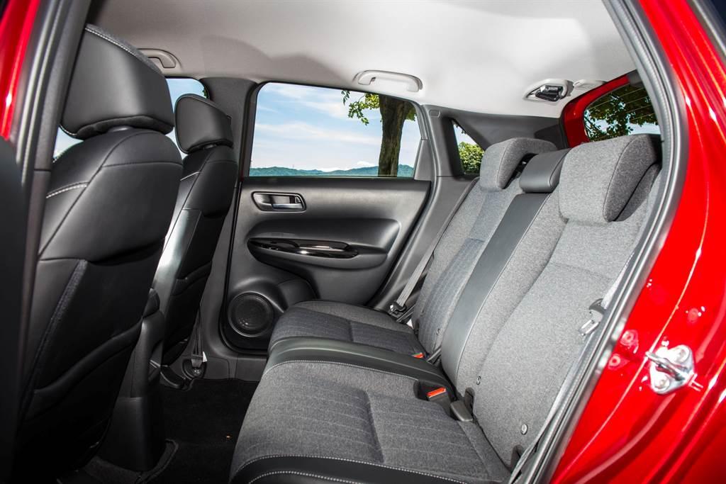 後座空間在小型車中屬前段班,並且加上三組三點式安全帶與三組頭枕,強化安全性。(圖/陳彥文攝)
