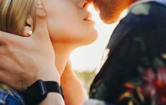 婚禮喜遇前女友 新郎突衝上前擁吻 親到腿軟影片曝