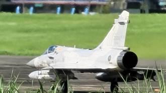 漢光演習首日進行戰力保存 幻象2000掛載電戰莢艙降落花蓮佳山基地