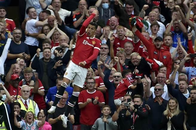 英超曼聯C羅攻進回歸第一球,主場觀眾歡聲雷動。(美聯社)