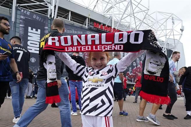 英國小球迷舉起標語歡迎C羅。(美聯社)