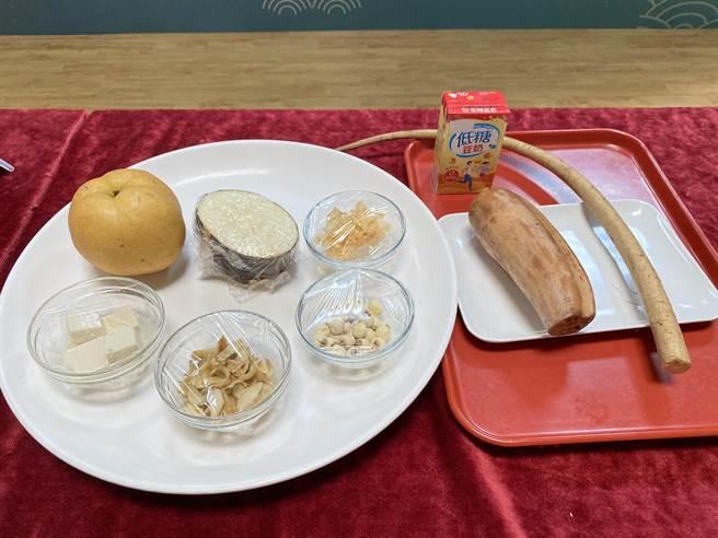 衛生福利部桃園醫院營養科13日以秋天當季盛產白色食材如水梨、蓮藕、蓮子、白木耳等入菜,輔以中醫觀點設計6道護肺料理,讓民眾在家輕鬆做出美味護肺飲食。(蔡依珍攝)