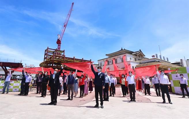 行政院長蘇貞昌、高雄市長陳其邁與出席貴賓,一起拉動象徵「啟動新未來,高雄驛起飛」的紅禧布幔,啟動「19典範.再現風華」儀式。(圖片提供/高雄市政府新聞局)