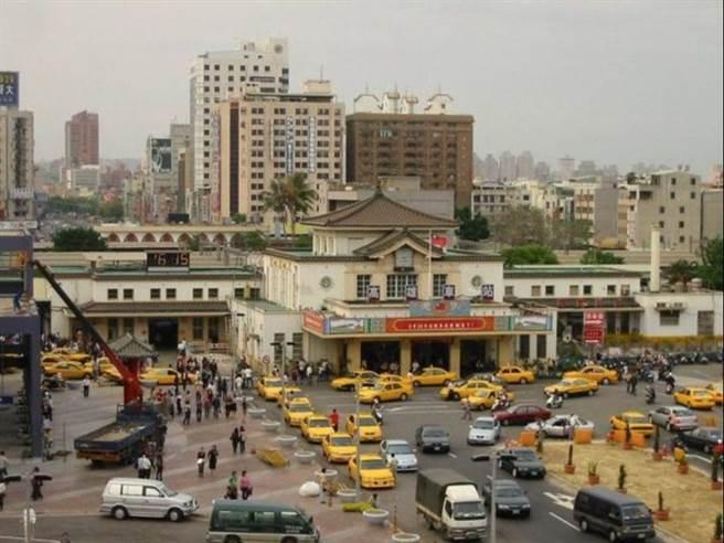 舊高雄車站的帝冠式建築已有80年歷史,建築承載著許多高雄人的成長記憶。(圖片提供/交通部鐵道局南部工程處)