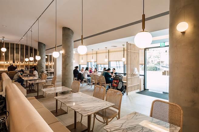 空間中大量留白,搭配自然材質的桌椅軟件,呈現細膩沉靜的氛圍,做為逛美術館的尾聲,提供一段沉澱、梳理與思考的時光。(攝影/陳建豪)
