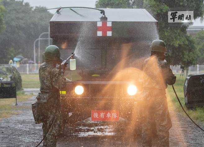 陸軍39化學兵群執行車輛除污作業。軍聞社提供