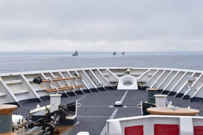 美國海岸警衛隊伯索夫號在前甲板上拍攝到4艘中共軍艦在阿留申群島航行的照片。(圖/微博@寰亞SYHP)