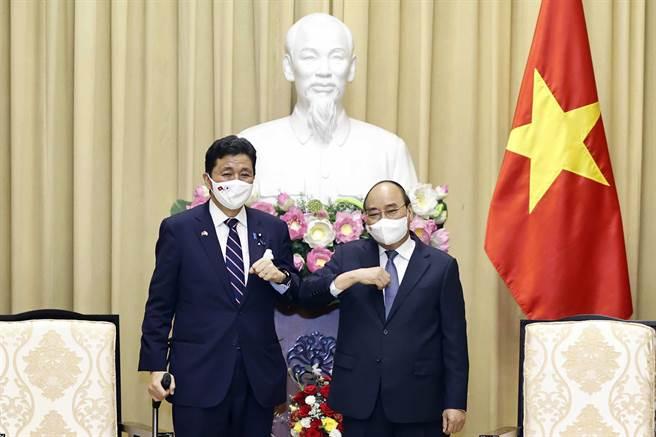 日本防衛大臣岸信夫11日訪問越南,與越南總統合照。(美聯社)