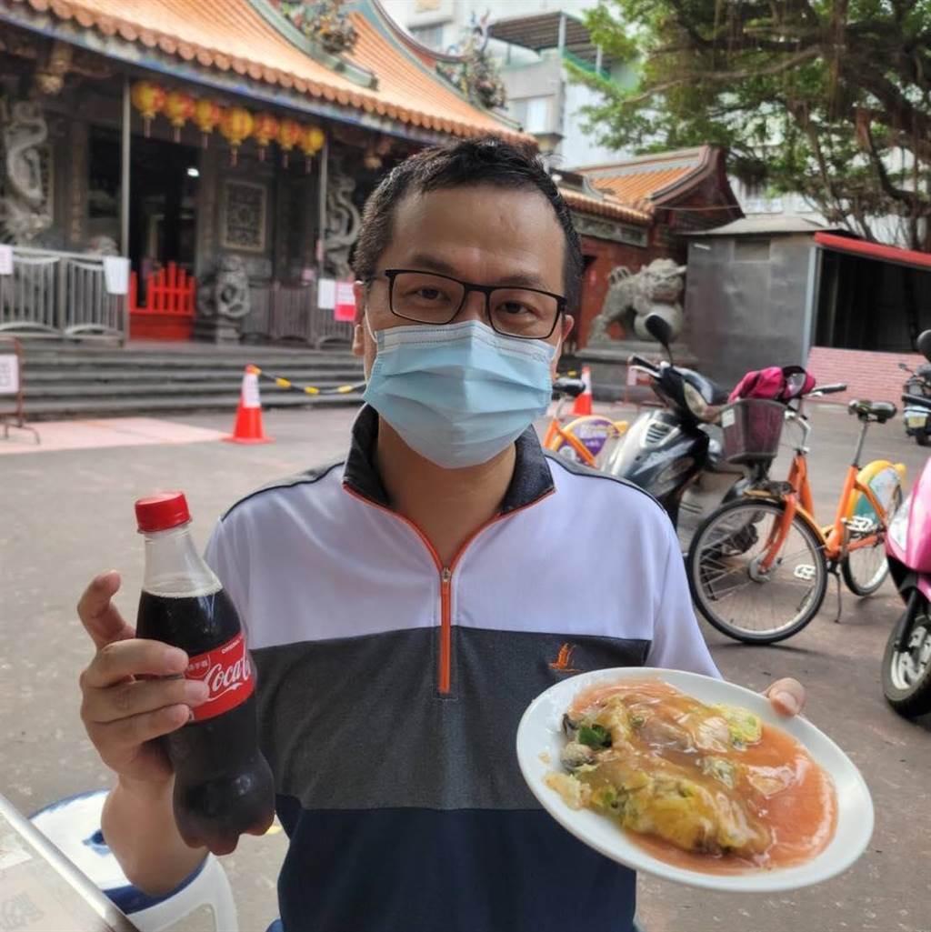 台北市議員羅智強今日一早到景美溪河濱騎腳踏車,隨後以「蚵仔煎加可樂」當早餐。(圖/摘自羅智強臉書)