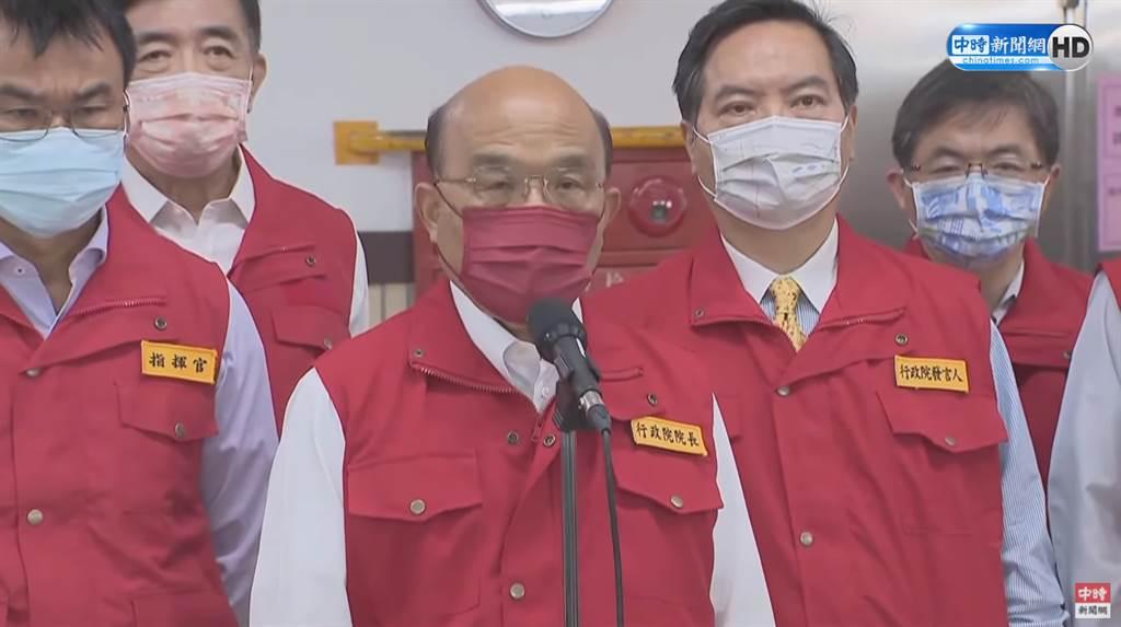 行政院長蘇貞昌14日視察國際郵包檢疫作業,回應第二類官員施打第二劑疫苗爭議。(圖/中時新聞網直播畫面)