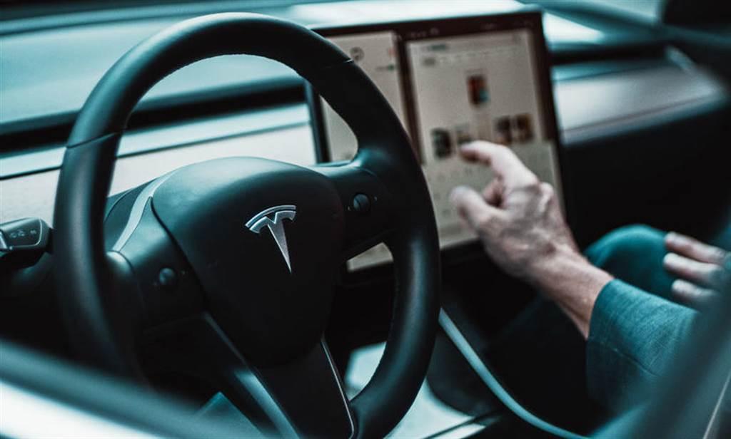 麻省理工最新研究:使用特斯拉 Autopilot 的駕駛們,更不專心於道路狀況(圖/DDCar)