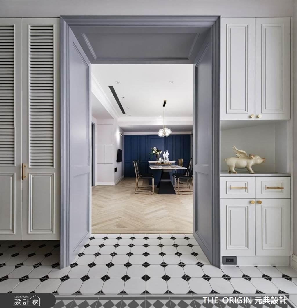 玄關鋪設黑白色的花磚,營造出時尚又帶點復古的歐美風格。(圖/THE ORIGIN 元典設計)