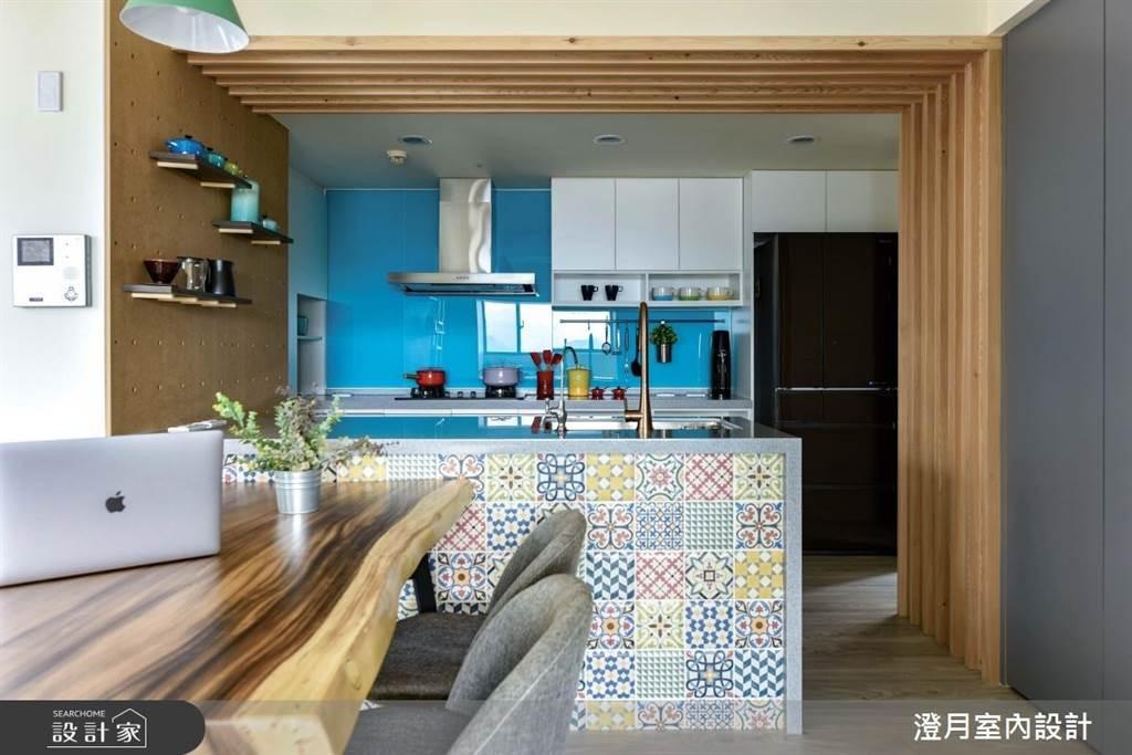 廚房處不妨選擇色彩鮮艷的花磚,成為家中最驚豔的視覺焦點。(圖/澄月室內設計)