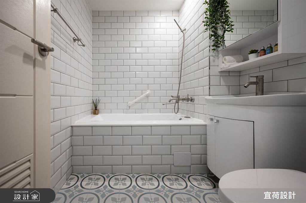 衛浴選擇釉面鐵道磚和花磚拼接,即使空間不大也能有舒適度假感。(圖/宜荷設計)