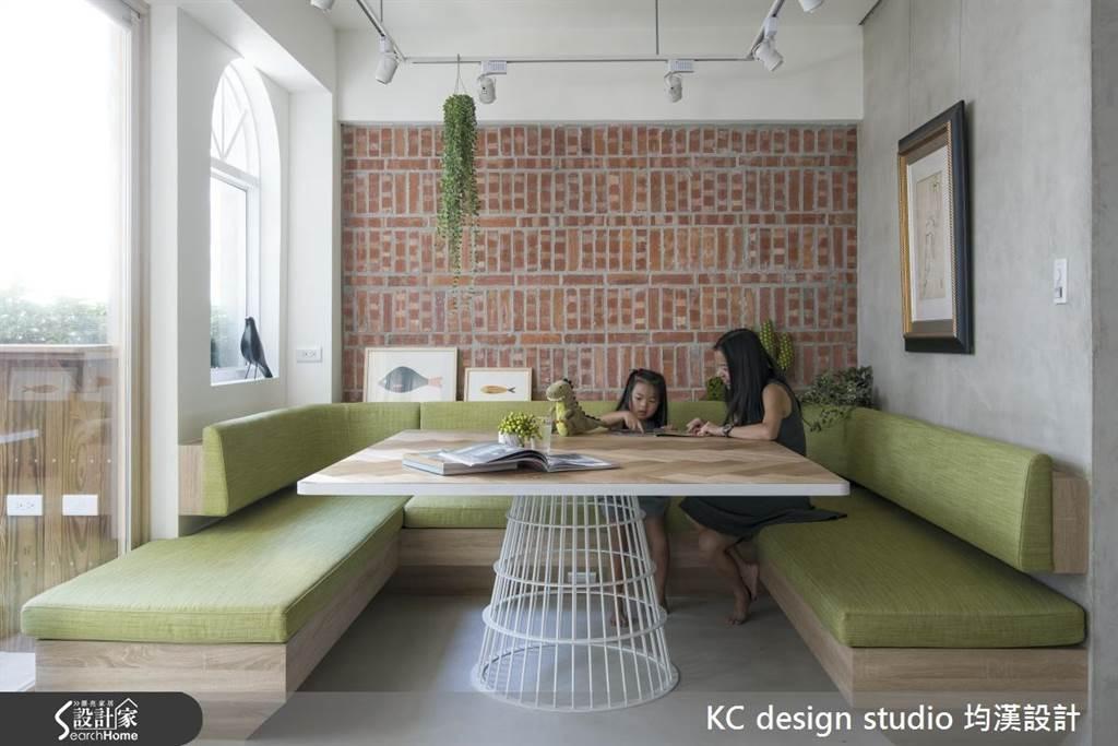 卡座式座位搭配草綠色的軟榻、紅磚牆,讓餐廳感覺清新又自然。(圖/KC design studio 均漢設計)