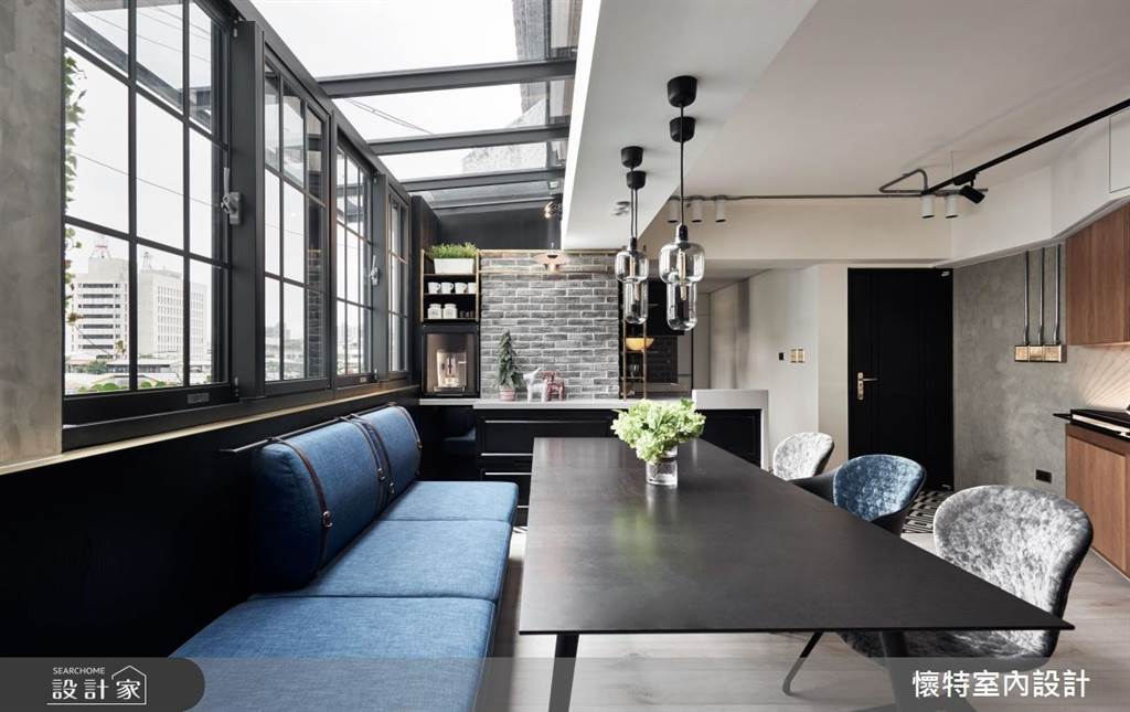 沿著窗邊規畫卡座式座位,結合精緻的餐廳吊燈,用餐也很有儀式感。(圖/懷特室內設計)